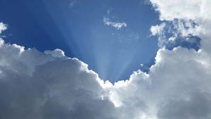 ciel rayon de lumière et d'espoir