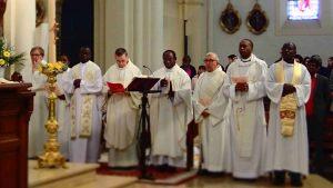 les prêtres et les diacres de la paroisse
